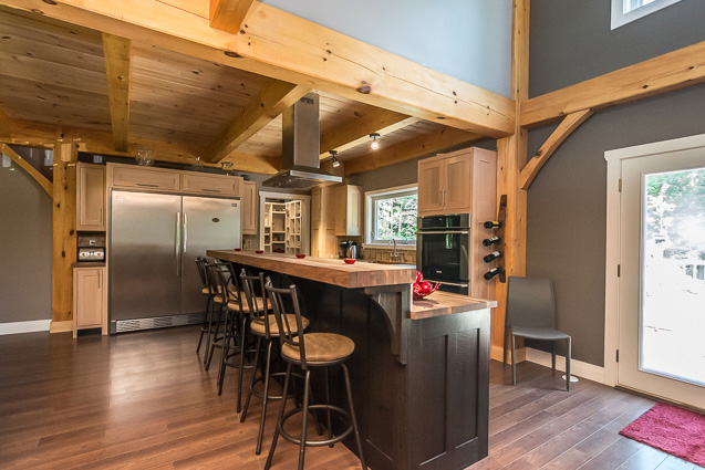 Kitchen bar in a timber frame dutch saltbox